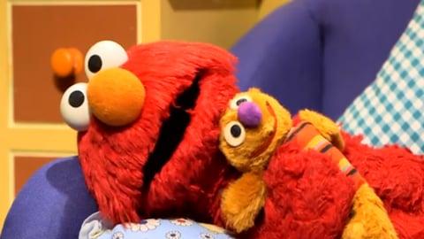 Le duele el estomago a Elmo